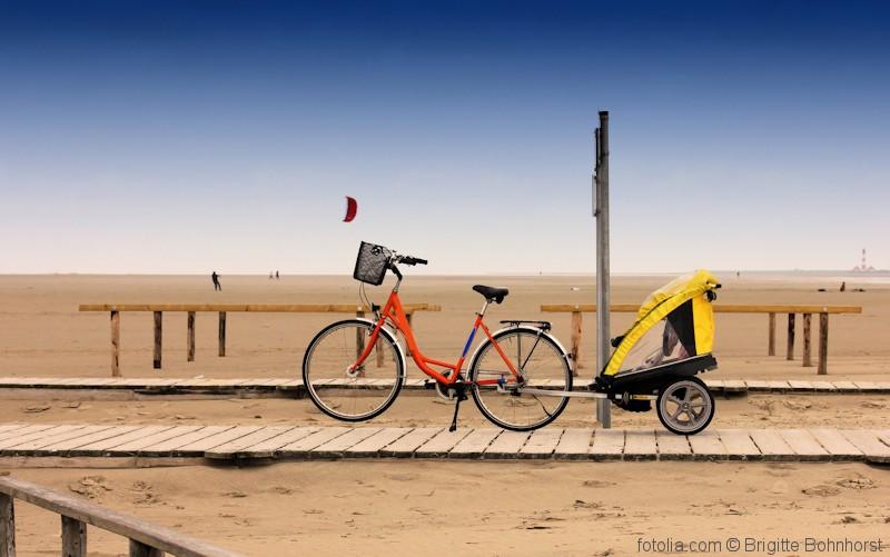 Fahrrad am Strand mit Fahrradanhänger